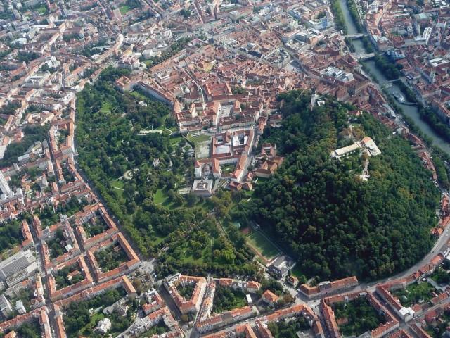 Luftbild der historischen Altstadt von Graz, 28. August 2011 (Foto: Gerald Senarclens de Grancy, Lizenz Wikimedia Commons)
