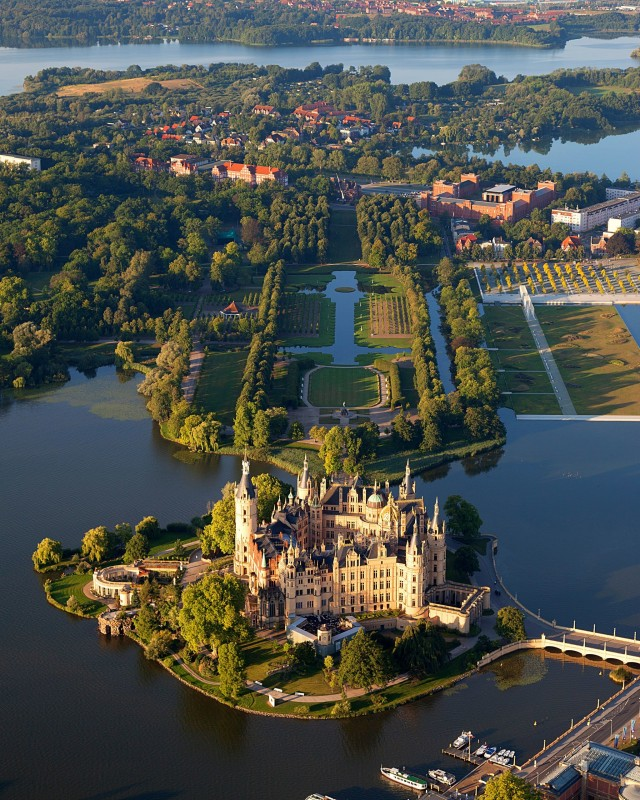 Luftbild des Schweriner Schlosses mit Gartenanlagen, 2012 (Harald Hoyer; creativecommons.org/licenses/by-sa/3.0, via Wikimedia Commons)